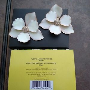 White Floral Accent pierced earrings